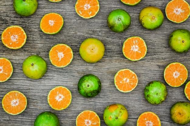 Vue de dessus des fruits tranche d'oranges sur la planche de bois