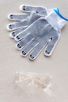Vue de dessus des gants et des lunettes de sécurité