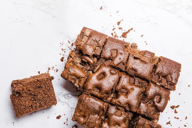 Vue de dessus gâteau au chocolat avec des frites
