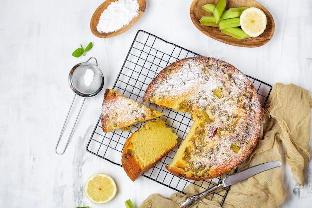 Vue de dessus sur un gâteau au citron maison à la rhubarbe