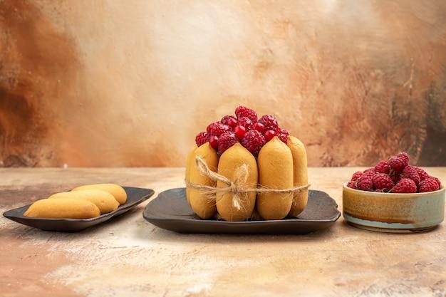 Vue de dessus d'un gâteau aux fruits et biscuits sur fond de couleur mixte
