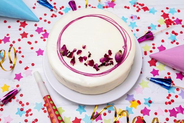 Vue de dessus gâteau glacé sur table