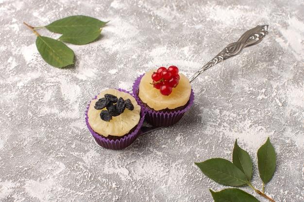 Vue de dessus des gâteaux au chocolat avec des feuilles partout sur le fond clair gâteau sucre gâteau sucré pâte cuire au four