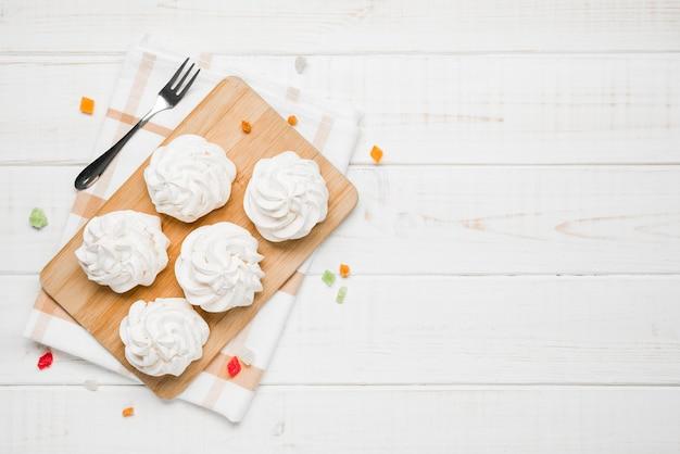 Vue de dessus des gâteaux à la crème à bord