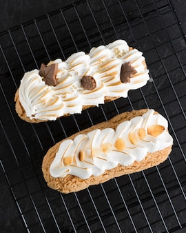 Vue de dessus gâteaux à la crème fouettée