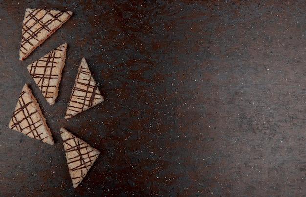 Vue de dessus des gâteaux sur fond noir et marron avec espace copie