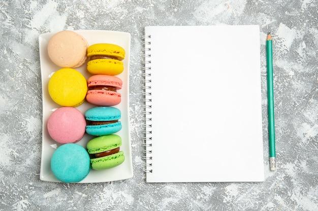 Vue de dessus des gâteaux macarons français sur un bureau blanc