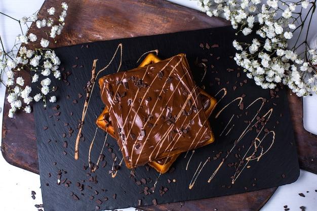 Vue de dessus de la gaufre belge au chocolat sur une planche de bois