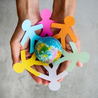 Vue de dessus des gens de la chaîne origami avec globe