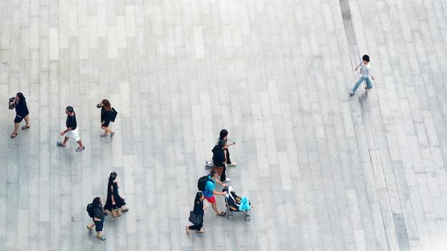 Vue de dessus des gens marchent dans la rue piétonne de la ville