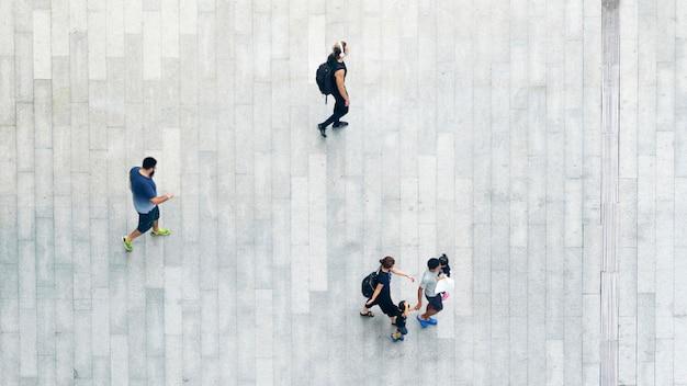 Vue de dessus des gens marchent sur rue piétonne d'affaires en ville