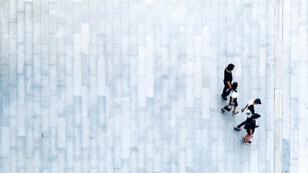 Vue de dessus des gens marchent sur la rue piétonne d'affaires en ville.
