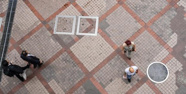 Vue de dessus des gens qui se promènent dans la ville