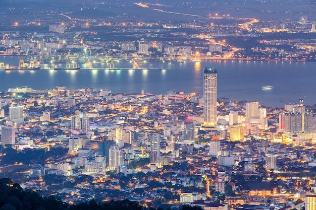Vue de dessus de georgetown, capitale de l'île de penang, en malaisie, du haut de la colline de penang.