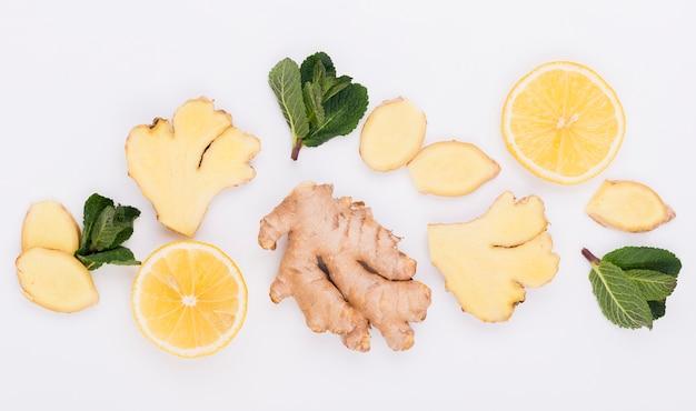 Vue de dessus de gingembre aromatique avec des tranches de citron