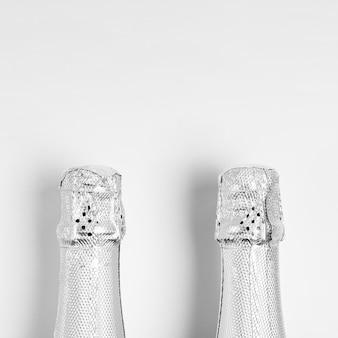 Vue de dessus des goulots de bouteille avec copie-espace