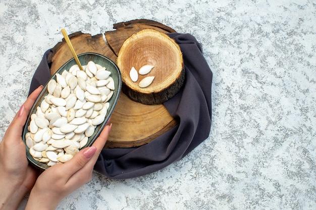Vue de dessus graines blanches avec du bois coupé sur fond blanc coquillage eau océan design couleur femelle