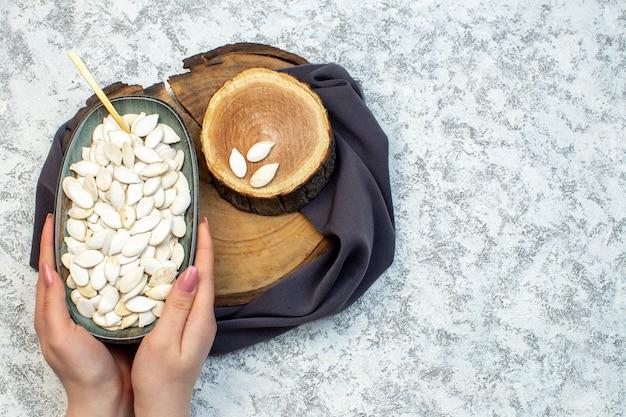 Vue de dessus graines blanches avec du bois coupé sur fond blanc coquillage eau océan design couleur