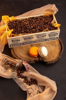 Une vue de dessus des graines de café brun avec des macarons