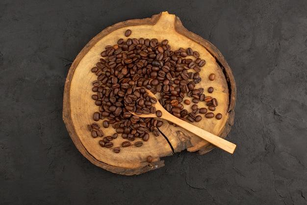 Vue de dessus des graines de café brun sur le sol sombre