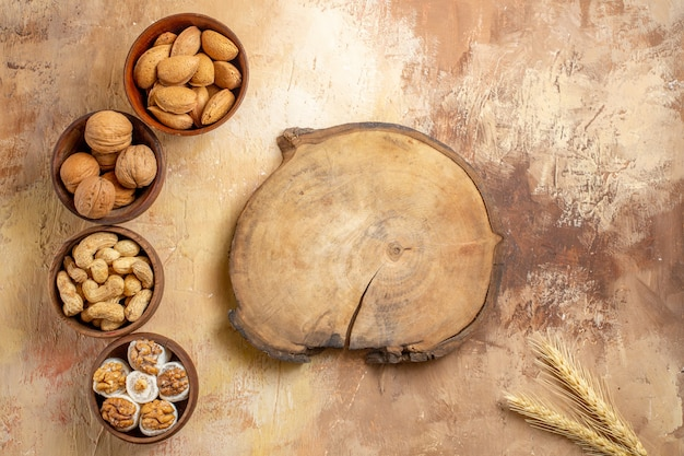 Vue de dessus des graines fraîches bordées sur un bureau en bois