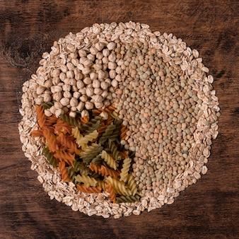Vue de dessus des graines et des pâtes