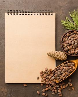 Vue de dessus des graines de pin avec bloc-notes