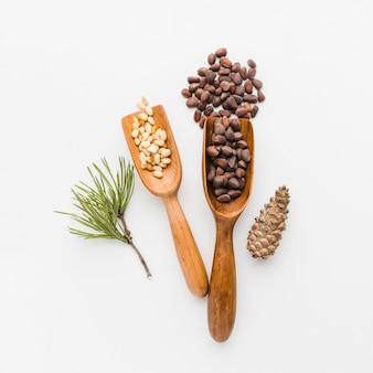 Vue de dessus des graines de pin avec une cuillère en bois