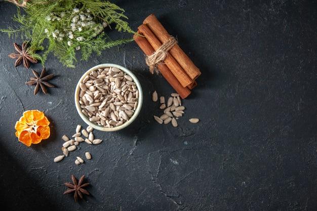 Vue de dessus graines de tournesol fraîches à la cannelle sur fond sombre couleur graine snack champ cips