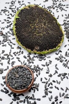 Une vue de dessus des graines de tournesol noir frais et savoureux à l'intérieur de l'huile de collation de tournesol grain shell