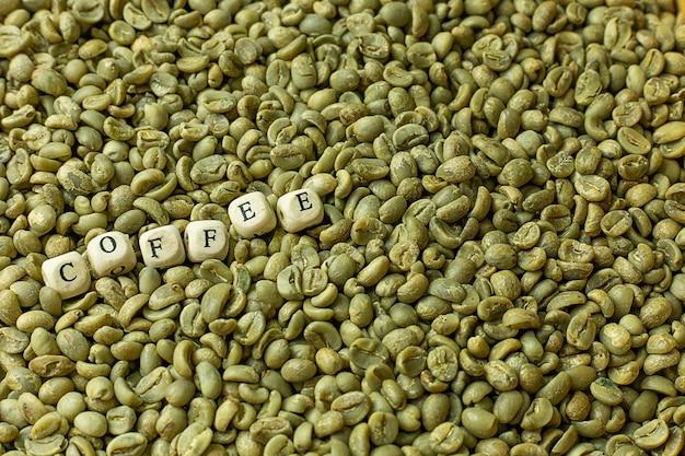 Vue de dessus des grains bruts de café vert