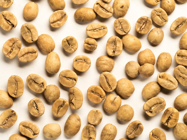 Vue de dessus des grains de café blancs sur fond blanc