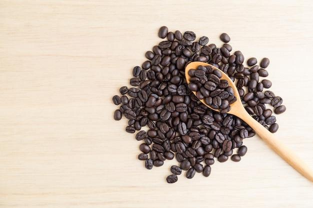 Vue de dessus des grains de café et une cuillère en bois