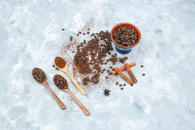 Vue de dessus des grains de café et des épices sur fond grunge
