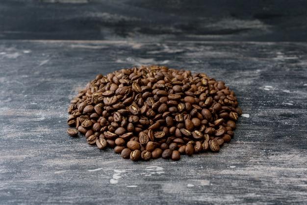 Vue de dessus des grains de café en forme de cercle.