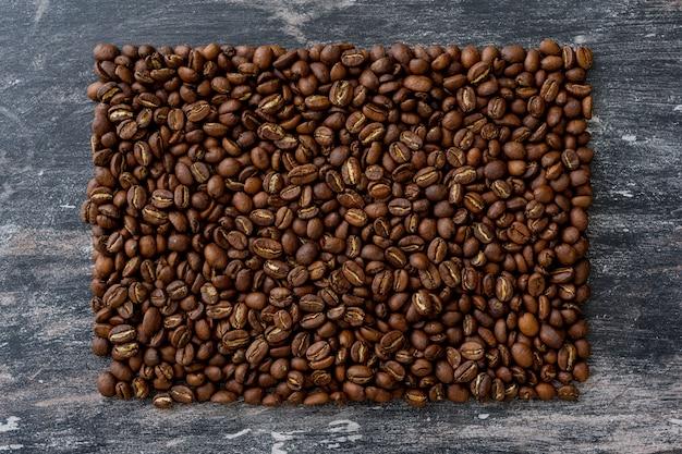 Vue de dessus des grains de café en forme de rectangle