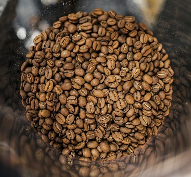 Vue de dessus des grains de café en récipient