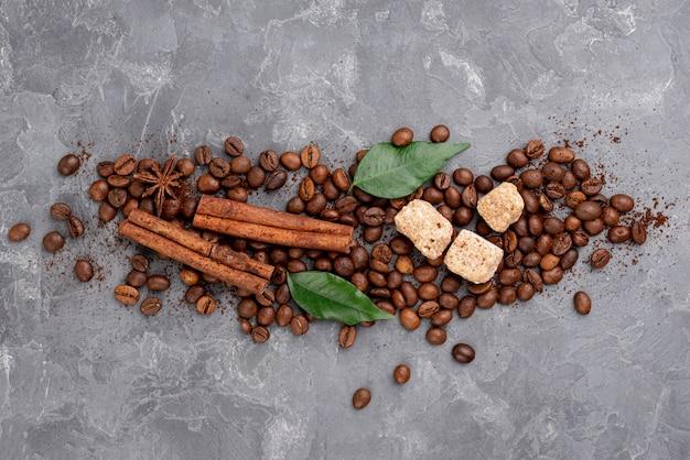 Vue de dessus des grains de café sur la table