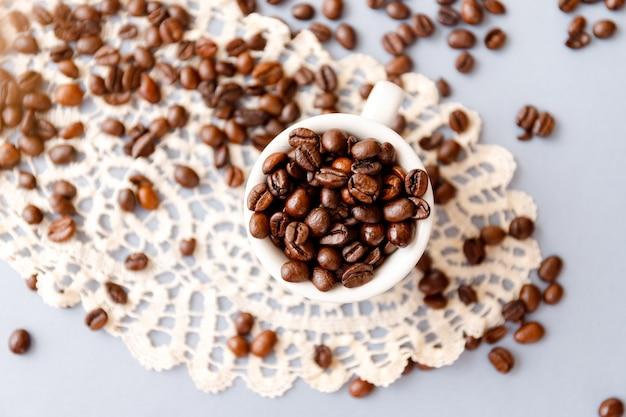 Vue de dessus des grains de café torréfiés dans une tasse