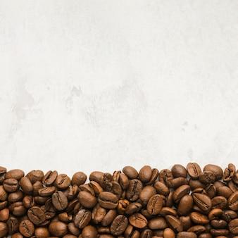 Vue de dessus des grains de café torréfiés avec espace copie