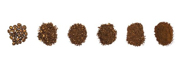 Vue de dessus des grains de café torréfiés légers mis à la terre à la main.
