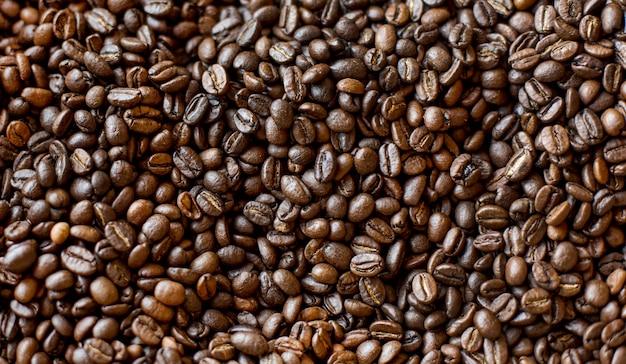Vue de dessus des grains de café torréfiés