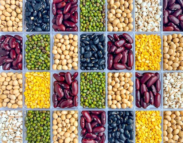 Vue de dessus des grains entiers colorés