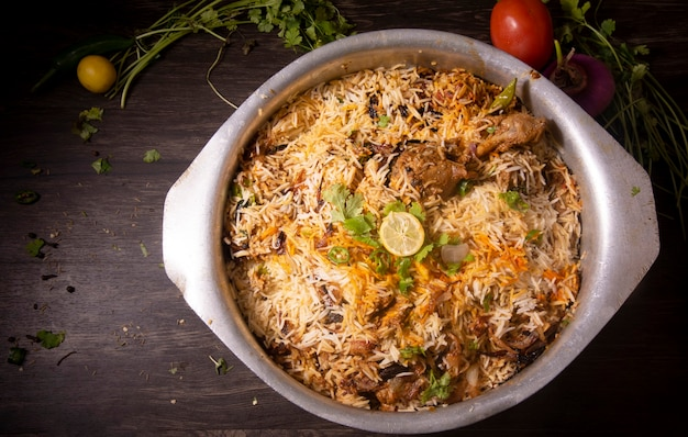 Vue de dessus grand bol biryani pakistanais ou cuisine indienne