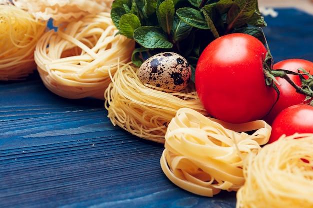 Vue de dessus gros plan détail de pâtes italiennes tagliatelles