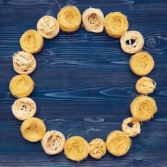 Vue de dessus gros plan détail de tagliatelles pâtes italiennes fond