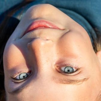 Vue de dessus gros plan portrait d'une petite fille aux yeux bleus