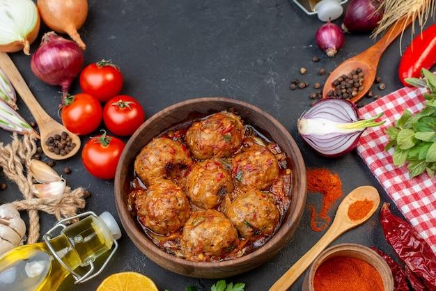 Vue de dessus grosse soupe de boulettes de viande dans un bol de poudre de poivron rouge