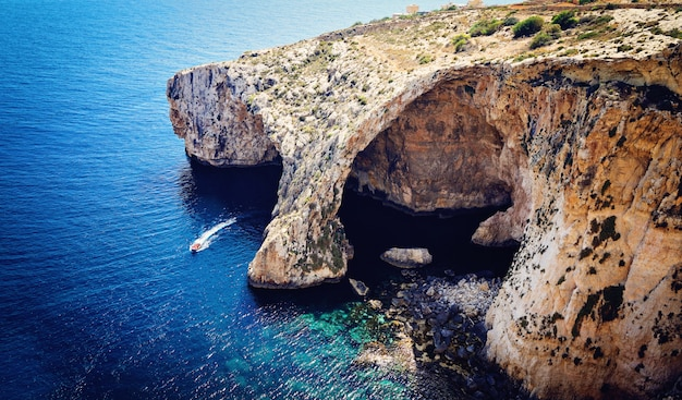 Vue de dessus de la grotte bleue, malte