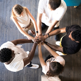 Vue de dessus groupe d'amis tenant par la main